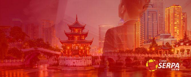 Homem de costas observando cenário do mercado chinês.