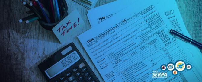 Documentos e calculadora sob uma mesa representando classificação fiscal de mercadorias